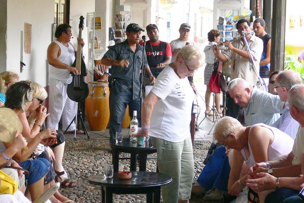 音楽ライブ(無料)が突然始まるキューバの街角