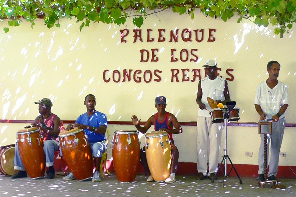 楽器を持ち寄って音楽を楽しむ人々(キューバ)