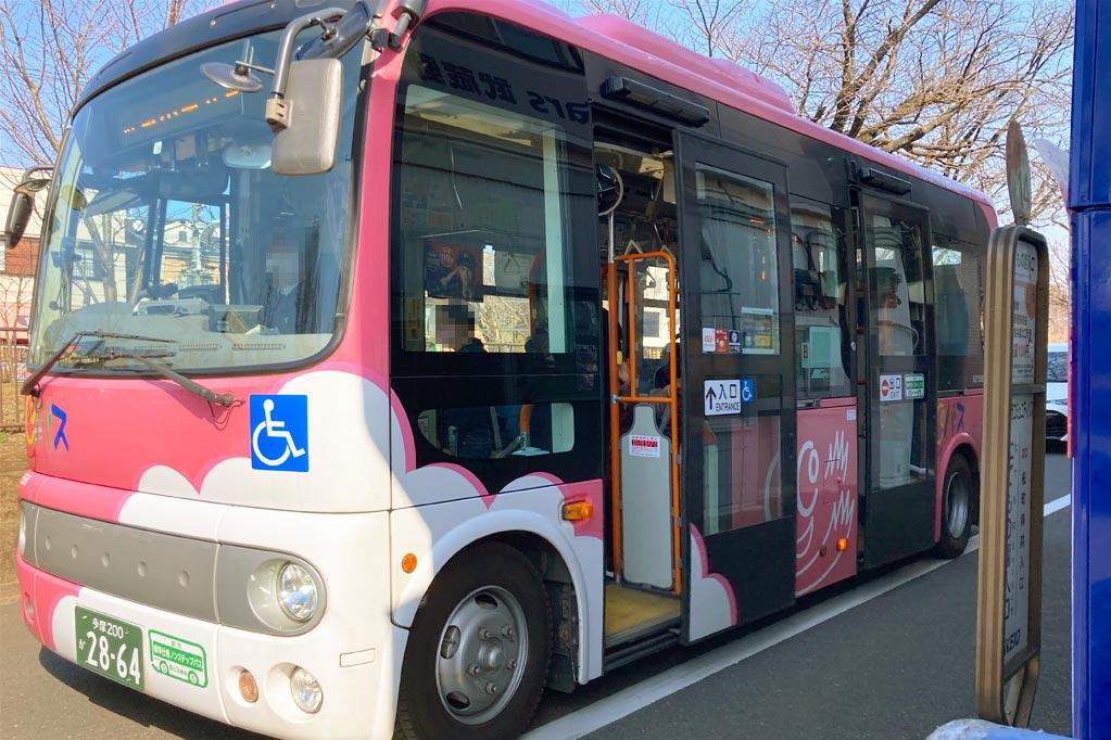 かわいいピンクの「CoCoバス」