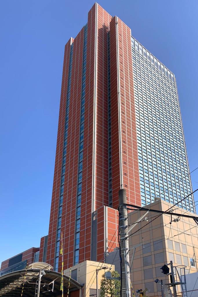 東急世田谷線「三軒茶屋」駅ホームから見たキャロットタワー